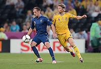FUSSBALL  EUROPAMEISTERSCHAFT 2012   VORRUNDE Ukraine - Frankreich               15.06.2012 Franck Ribery (li, Frankreich) gegen Anatoliy Tymoshchuk (re, Ukraine)