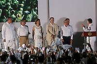CARTAGENA- COLOMBIA -26-09-2016: Juan Manuel Santos, Presidente de Colombia y Rodrigo Londoño, Comandante de las Fuerzas Armadas Revolucionarias de Colombia Ejercito del Pueblo, durante la firma del acuerdo de Paz entre el gobierno de Colombia y la guerrilla de izquierda de las Fuerzas Armadas Revolucionarias de Colombia Ejercito del Pueblo (FARC EP) el presidente Juan Manuel Santos pide un aplauso a los negociadores del gobierno / Juan Manuel Santos, President of Colombia and Rodrigo Londoño, Commander of the Revolutionary Armed Forces of Colombia People's Army, during the signing of the peace agreement between the government of Colombia and leftist guerrillas of the Revolutionary Armed Forces of Colombia People's Army (FARC EP) the President Juan Manuel Santos ask for a applauses to Government negotiators.   Photo: VizzorImage / Ivan Valencia / Cont.