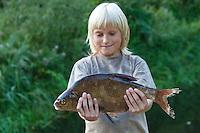 Junge, Kind hat einen Brassen geangelt, Angeln, Blei, Brachsen, Brasse, Abramis brama, common bream, freshwater bream, carp bream