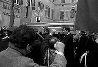 Roma Dicembre 1983.Funerale  di Umberto Terracini in piazza Montecitorio, .I partecipanti salutano con il pugno chiuso la bara di  Umberto Terracini.Umberto Elia Terracini (Genova, 27 luglio 1895 - Roma, 6 dicembre 1983) è stato un politico e antifascista italiano, presidente dell'Assemblea costituente e dirigente - del Partito Comunista Italiano..The funeral of Umberto Terracini.http://it.wikipedia.org/wiki/Umberto_Terracini