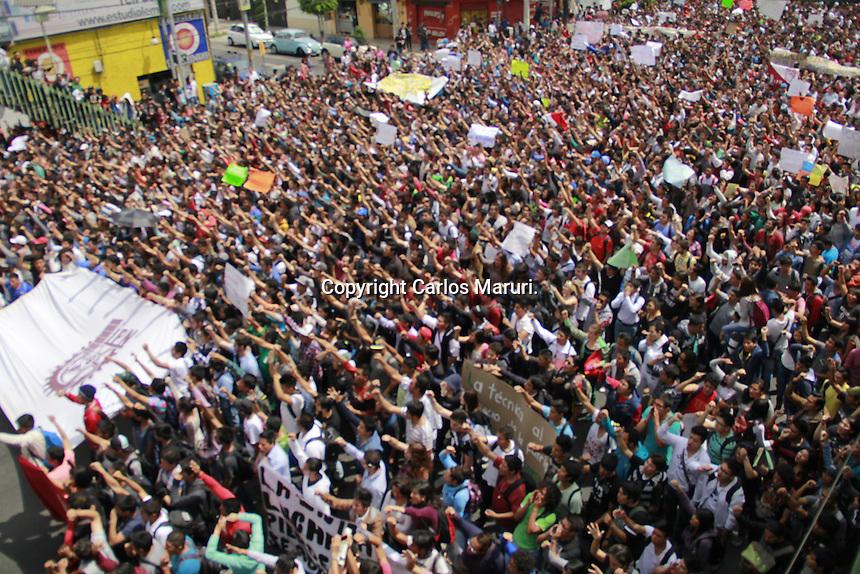 México DF, 25/Septimbre/2014.- Miles de estudiantes de la ESIA campus Zacatenco, participan en la Marcha General Politécnica rumbo a las oficinas Genrales del IPN, para exigir la abrogación del nuevo Reglamento Interno Contral Nuevo Modelo Educativo; además de la eliminación de los Nuevos Planes y Programas de Estudio. A dicha marcha se le sumaron estudiantes de varios campus como los de la ESIME Culhuacan, UPIICSA, y diferenets Vocacionales.