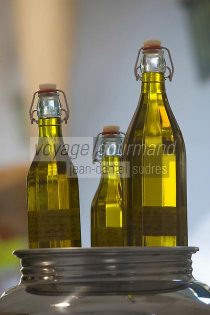 """Europe/France/Provence-Alpes-Cote d'Azur/Alpes-Maritimes/Antibes: Bouteilles d'Huile d'olive de Provence sur l'étal de la Boutique """"Balade en Provence"""" l cours Massèna"""