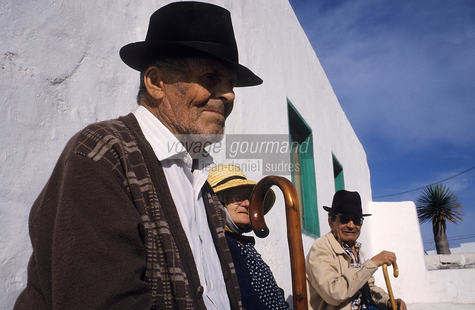 Europe/Espagne/Iles Canaries/Lanzarote/Tinajo : Canariens sur un  banc