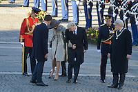 EXCLUSIF : La reine Mathilde de Belgique perd sa chaussure lors de la c&eacute;r&eacute;monie d'accueil officiel Le roi Philippe de Belgique et la reine Mathilde de Belgique en visite d'&eacute;tat aux Pays-Bas, lors d'une c&eacute;r&eacute;monie d'accueil officiel avec le roi Willem-Alexander des Pays-Bas et la reine Maxima des Pays-Bas .<br /> Pays-Bas, Amsterdam, 28 novembre 2016.<br /> EXCLUSIVE : Queen Mathilde of Belgium loses her shoe during the welcoming ceremony - King Philippe of Belgium and Queen Mathilde of Belgium on a State Visit to The Netherlands, during the official welcoming ceremony with King Willem-Alexander of The Netherlands and Queen Maxima of The Netherlands.<br /> Netherlands, Amsterdam, 28 November 2016.