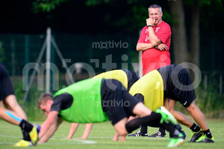 Fussball, 2. Bundesliga, Saison 2013/14, SG Dynamo Dresden, Trainingsauftakt, Donnerstag (20.06.2013).  Dresdens Trainer Peter Pacult beobachtet seiner Spieler.