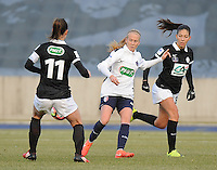 20170129 - LILLE , FRANCE : LOSC's Silke Demeyere (M) with Juvisy's Clara Mateo (R) and Gaetane Thiney (L) pictured during women soccer game between the women teams of Lille OSC and FFC Juvisy Essonne  during the 1/16 final for the 2017 French Cup at stade Lille Metropole , Sunday 29th of January ,  PHOTO Dirk Vuylsteke | Sportpix.Be