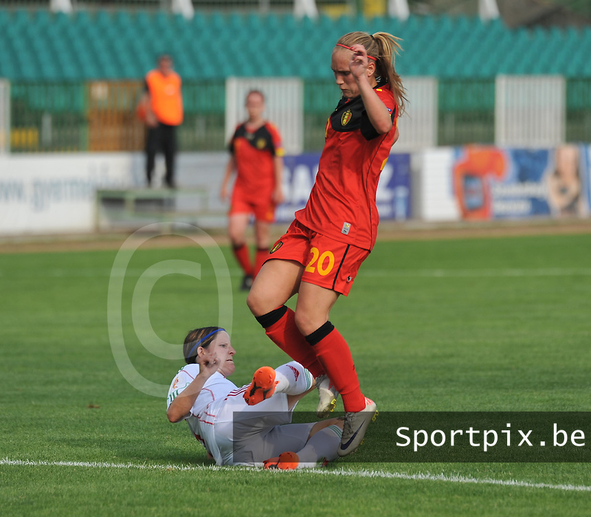 Hungary - Hongarije : UEFA Women's Euro Qualifying group stage (Group 3) - 20/06/2012 - 17:00 - szombathely  - : Hungary ( Hongarije ) - BELGIUM ( Belgie) :.Janice Cayman probeert de tackle te ontwijken van Timea Gal.foto DAVID CATRY / JOKE VUYLSTEKE / Vrouwenteam.be.
