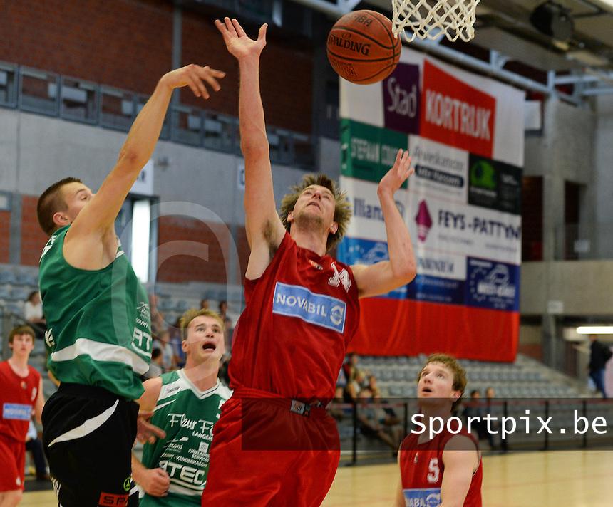 Kortrijk Sport CB B - Rapid Langemark : duel gewonnen door Jorgen Sabbe (r) <br /> foto VDB / BART VANDENBROUCKE