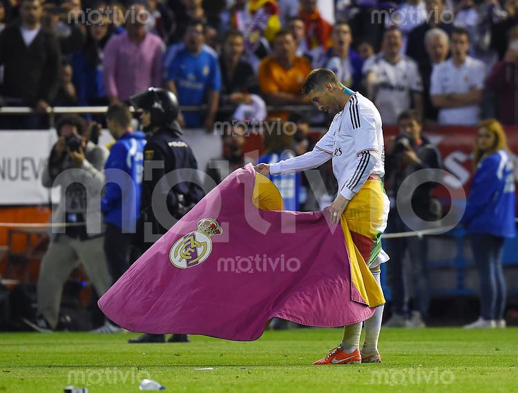 FUSSBALL  INTERNATIONAL Copa del Rey FINALE  2013/2014    FC Barcelona - Real Madrid            16.04.2014 JUBEL Real Madrid; Sergio Ramos macht auf Torero