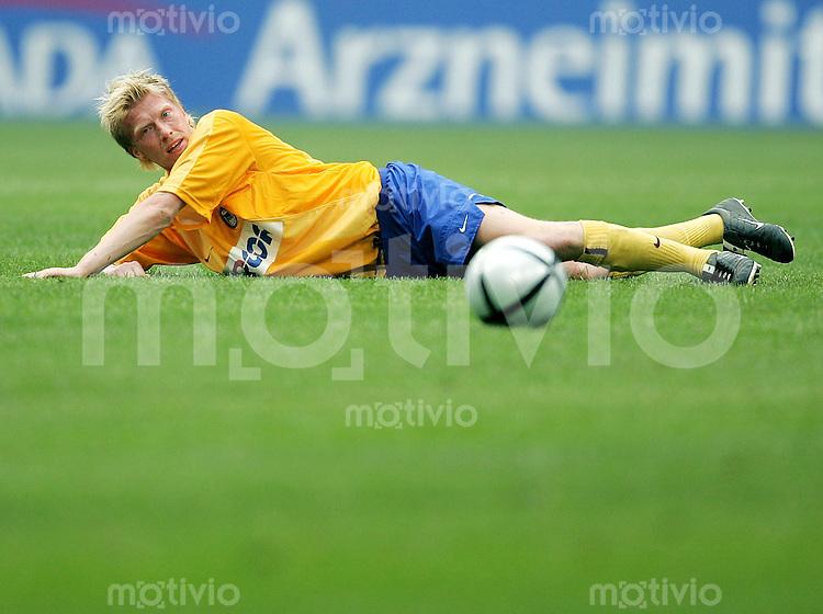 Fussball  1. Bundesliga Saison 2003/2004  31. Spieltag FC Schalke 04 - Hertha BSC Berlin 3:0      Andreas NEUENDORF (Berlin) enttaeuscht am Boden