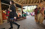 Foto: VidiPhoto<br /> <br /> ARNHEM - In authentieke kleding en luid trommelend op hun djemb&eacute;-instrumenten, hebben Afrikaanse artiesten zaterdag het startsein gegeven voor de Afrikaweek in Burgers' Zoo in Arnhem.  Kinderen en volwassen kunnen zich de komende week onderdompelen in de Afrikaanse cultuur in het dierenpark. Zo zijn er workshops Afrikaanse zag en dans en kunnen Afrikaanse kunstvoorwerpen gemaakt worden. Verder is er een Afrikaanse markt waar orginele spullen uit diverse Afrikaanse landen te koop zijn.