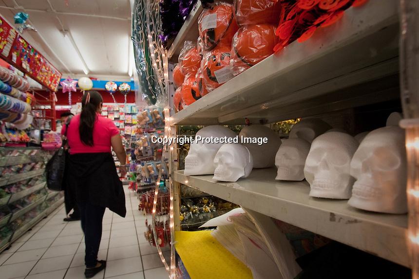 Querétaro, Qro. - Mercerías, tiendas de regalos y de telas preparan ya su venta con motivos de Día de Muertos. En algunas tiendas el tema del Halloween, referente al día de brujas que se celebra en la Unión Americana, también es motivo de comercio. Aunque en algunas tiendas se privilegia el Día de Muertos mexicano, la venta de accesorios para las fiestas de disfraces hace que se incremente en interés por estas fechas en donde además también se celebra  Todos Santos. Foto: DEMIAN CHAVEZ / AGENCIA OBTURA.