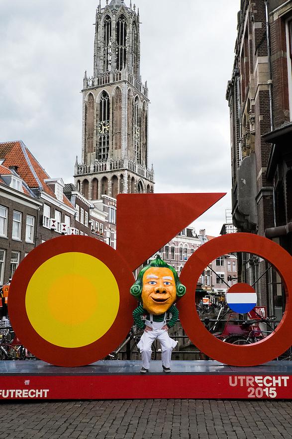 Nederland, Utrecht, 16 juni 2015 <br /> Vandaag speelt de band Primus in Utrecht. Omdat ze een album hebben gebaseerd op Willy Wonka's Chocoladefabriek en om een beetje publiciteit te maken, liep een van de bandleden in Willy Wonka kostuum door Utrecht. <br /> De legendarische Amerikaanse band Primus valt niet in een muzikaal hokje te stoppen. Is het funkmetal, experimentele rock of toch &ndash; zoals frontman Les Claypool het noemt &ndash; psychedelische polka? <br /> Vanavond speelt de band twee sets: een &lsquo;reguliere&rsquo; en hun een set gebaseerd op hun laatste album Primus &amp; The Chocolate Factory (2014), Primus&rsquo; interpretatie van de Willy Wonka &amp; The Chocolate Factory-filmsoundtrack. <br /> <br />  Foto: Michiel Wijnbergh