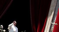 Papa Francesco saluta i fedeli prima di pronunciare il messaggio &quot;Urbi et Orbi&quot; (alla citt&agrave; e al mondo) dalla loggia centrale della Basilica di San Pietro. Citt&agrave; del Vaticano, 16 aprile 2017. <br /> Pope Francis waves before delivering his &quot;Urbi et Orbi&quot; (to the city and the world) message from the central loggia overlooking St. Peter's Square at the Vatican, on April 16 2017.<br /> UPDATE IMAGES PRESS/Isabella Bonotto<br /> <br /> STRICTLY ONLY FOR EDITORIAL USE
