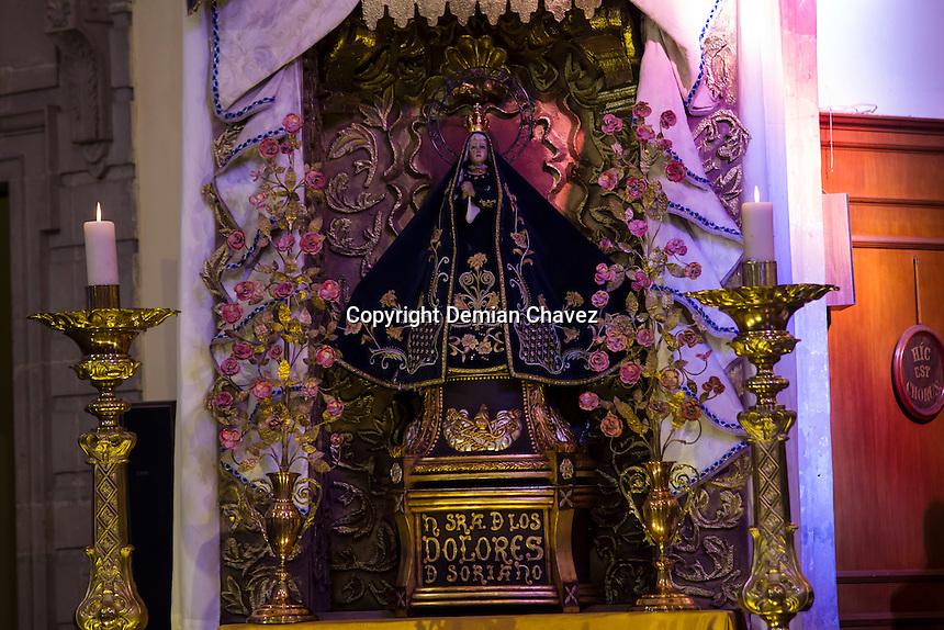 Quer&eacute;taro, Qro. 11 de septiembre de 2016.- Faustino Armend&aacute;riz, obispo de la Di&oacute;cesis de Quer&eacute;taro, celebr&oacute; con una misa solemne sus 34 a&ntilde;os de sacerdocio en la la iglesia de San Felipe Neri, catedral del estado, en donde adem&aacute;s de la Virgen de Soriano, considerada la patrona de la di&oacute;cesis al festejo acud&iacute;a una guardia solemne de los Caballeros de Col&oacute;n.<br /> <br /> Armend&aacute;riz quien hasta 2011 se hab&iacute;a desempe&ntilde;ado como obispo de Tamaulipas, fue enviado por el papa Benedicto XVI a la entidad. <br /> <br /> Fue fundador y director del Instituto B&iacute;blico Cat&oacute;lico de Hermosillo y coordinador arquidiocesano de Pastoral B&iacute;blica, tambi&eacute;n fungi&oacute; como director del Seminario Menor de la Arquidi&oacute;cesis de Hermosillo. Sus estudios en Roma obtuvo la licenciatura en Sagradas Escrituras en el Pontificio Instituto B&iacute;blico de Roma. Y posteriormente en el Studium Biblicum Franciscanum en Jerusal&eacute;n, un diplomado en Ciencias B&iacute;blico Orientales.<br /> <br /> Un d&iacute;a antes de su celebraci&oacute;n acudi&oacute; junto con otros religiosos y laicos a la Marcha por la Familia, causando gran revuelo en las noticias locales y nacionales.<br /> <br /> Durante la homil&iacute;a de su misa dominical, llam&oacute; a la tolerancia &ldquo;Porque en el panorama de Jes&uacute;s, no podemos descartar a absolutamente a nadie&rdquo; dijo, a quienes piensan diferente, &ldquo;aunque tengan otras preferencias, Aunque tengan alg&uacute;n pensamiento que pueda ofendernos, todos somos hijos de Dios y por eso, como tales, merecen respeto&rdquo;.<br /> <br /> En el encuentro con reporteros de la fuente expres&oacute; que la marcha por la familia celebrada este pasado 9 de septiembre, coment&oacute; que fue -llamado a las autoridades a realizar pol&iacute;ticas publicas en favor de la familia y si alguien tiene otros caminos a seguir como parejas o prefer