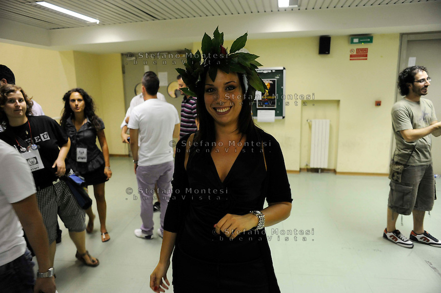 Roma 21 Luglio 2010  .Lauree  notturne alla Facolta di Ingegneria all'Università di Tor Vergara, per protestare contro il disegno di legge Gelmini e la manovra finanziaria del Governo Berlusconi.Una ragazza appena laureata con la corona di alloro il testa.Rome 21 July 2010.Graduation night at the Faculty of Engineering at the University of Tor Vergara, to protest against the sketch of law Gelmini and the financial manoeuvre of the Government Berlusconi