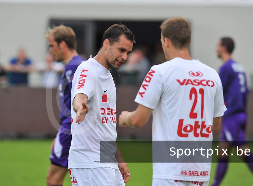 KV Kortrijk : Peter Czvitkovics feleciteert zijn collega.foto VDB / BART VANDENBROUCKE
