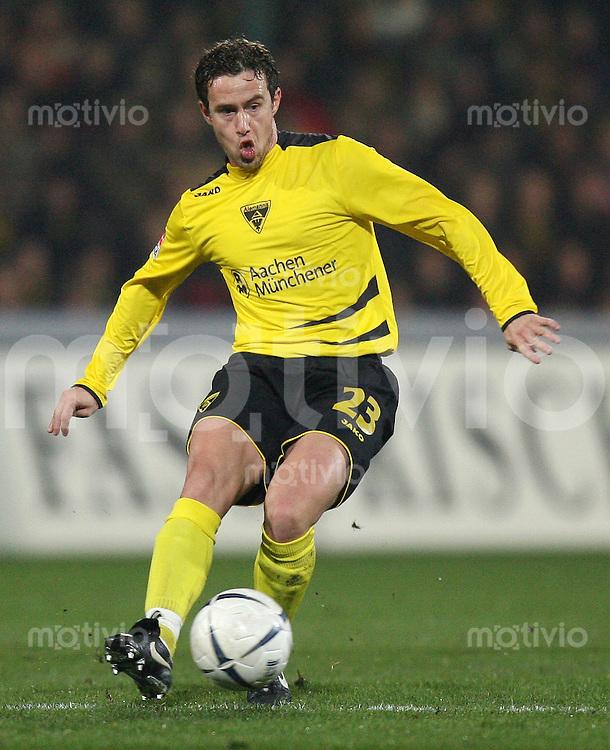 Fussball  DFB-Pokal  Saison 2006/2007 Alemannia Aachen - FC Bayern Muenchen   Laurentiuu REGHECAMPF (Alemannia Aachen), Einzelaktion am Ball