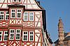 Fachwerkfassade des Weinhaus Spiegel und ein Turm des Mainzer Doms