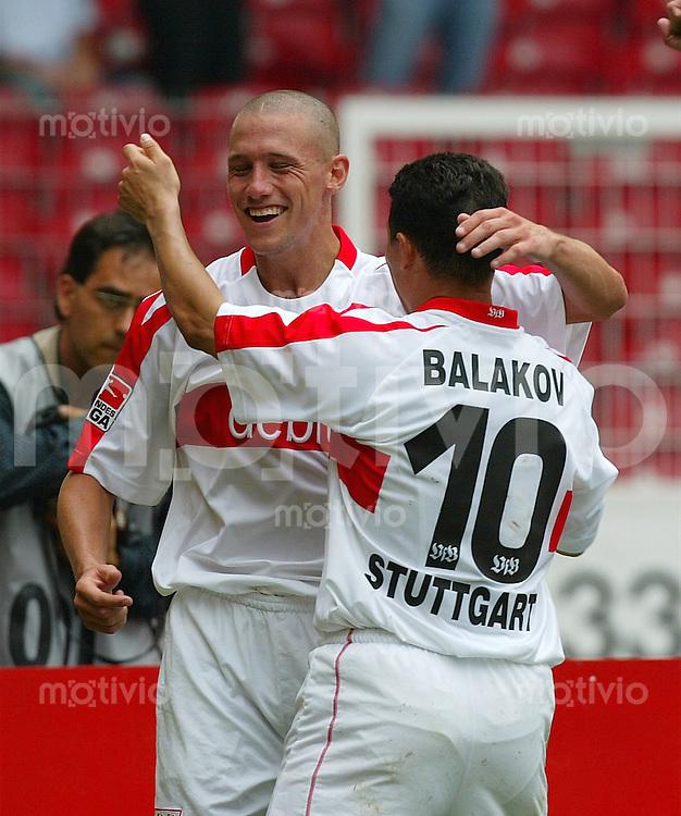 FUSSBALL 1.Bundesliga Saison 2002/2003 1. Spieltag VfB Stuttgart 1-1 1. FC Kaiserslautern        JUBEL; Sean Dundee (VfB,hinten) umarmt Krassimir balakov (VfB)