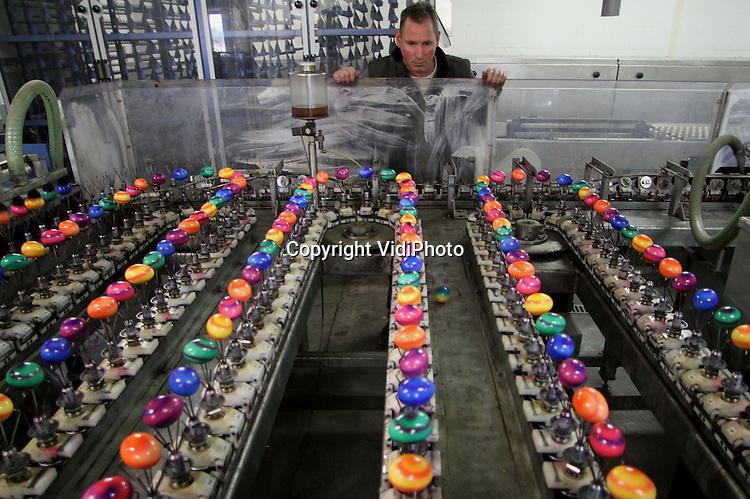 Foto: VidiPhoto..OSPEL - Topdrukte dinsdag bij eierkook en -verfbedrijf Eivo, onderdeel van Eggafood BV, in het Limburgse Ospel. Het koken en verven van Paaseieren bereikt nu het hoogtepunt. Hoewel de meeste vraag vanuit Duitsland komt, neemt de populariteit van gekleurde eitjes in Nederland eveneens toe, voor rond de Paasdagen. Per jaar verwerkt Eggafood zo'n 25 miljoen gekleurde (vooral scharrel) eieren.
