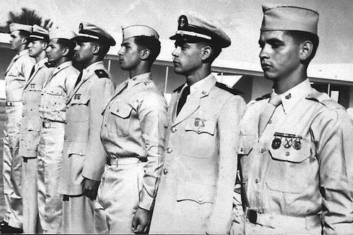 De cadete, a la derecha.