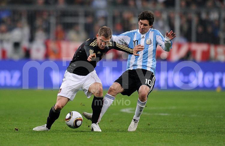 Fussball International, Deutsche Nationalmannschaft  Deutscher Fussballbund, Deutschland - Argentinien 03.03.2010 Bastian Schweinsteiger (li, GER) gegen Lionel Messi (re, ARG)