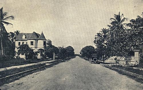 Al fondo a la izquierda la casa de Juan Bautista Alfonseca,  donde se firmaron escenas de Las Emboscadas de Cupido  © Roque Román, 1920.j