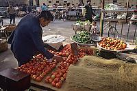 Asie/Chine/Jiangsu/Env Nankin&nbsp;: March&eacute; libre de la rue Shan-Xi - Marchand de l&eacute;gumes&nbsp;: tomates, piments et vermicelles de riz<br /> PHOTO D'ARCHIVES // ARCHIVAL IMAGES<br /> CHINE 1990