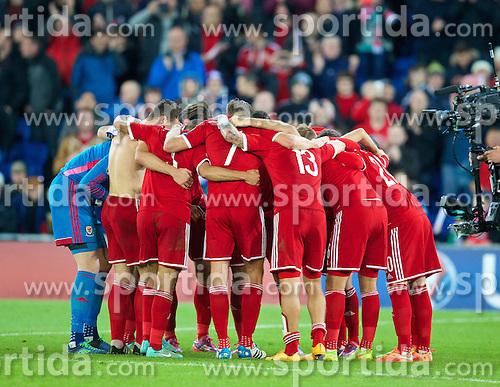 13.10.2014, City Stadium, Cardiff, WAL, UEFA Euro Qualifikation, Wales vs Zypern, Gruppe B, im Bild Wales players form a team huddle after the 2-1 victory over Cyprus // 15054000 during the UEFA EURO 2016 Qualifier group B match between Wales and Cyprus at the City Stadium in Cardiff, Wales on 2014/10/13. EXPA Pictures &copy; 2014, PhotoCredit: EXPA/ Propagandaphoto/ David Rawcliffe<br /> <br /> *****ATTENTION - OUT of ENG, GBR*****