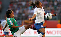 Wolfsburg , 270611 , FIFA / Frauen Weltmeisterschaft 2011 / Womens Worldcup 2011 , Gruppe B  ,  .England - Mexico .Alex Scott (England) gegen Monica Ocampo (Mexico) .Foto:Karina Hessland .
