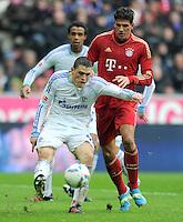 FUSSBALL   1. BUNDESLIGA  SAISON 2011/2012   23. Spieltag FC Bayern Muenchen - FC Schalke 04       26.02.2012 Kyriakos Papadopoulos (li, FC Schalke 04) gegen Mario Gomez (FC Bayern Muenchen)
