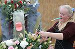 Foto: VidiPhoto<br /> <br /> LUTTELGEEST &ndash; Studententeams strijden donderdag in de Orchidee&euml;n Hoeve in Luttelgeest om het Nederlands Kampioenschap Bloemschikken. De Noordoostpolder staat deze week in het teken van het NK Bloemschikken voor studenten en amateurs. Een vakjury beoordeelt de bloemwerken op techniek, creativiteit, compositie en houdbaarheid. De deelnemers werken aan de hand van het thema revolutie. Het kampioenschap duurt twee dagen en wordt georganiseerd door de vereniging Groei &amp; Bloei. Vrijdag stijden honderd amateurs om de titel Nederlands Kampioen Bloemschikken 2014. Alle creaties zijn komend weekend gratis te bewonderen in de Orchidee&euml;n Hoeve.
