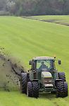 Foto: VidiPhoto<br /> <br /> AMERONGEN - Enorme kluiten klei schieten omhoog als loonwerker en Wim van Laar maandag met zijn greppelfrees aan het werk is langs de Lekdijk bij Amerongen. Bij melkveehouder Frans Avezaat uit Amerongen moeten de greppels van zo'n 40 ha. weiland uitgediept worden. In deze periode laten boeren op veel plekken in Nederland de greppels uitfrezen om zo de weilanden tijdens de natte herfst- en winterperiode droog te houden. De greppels van Avezaat zijn ooit met de hand gegraven. Het frezen moet ieder jaar gebeuren omdat de greppels steeds dichtgroeien of door het vee dichtgetrapt worden. Avezaat heeft zo'n 80 melkkoeien.