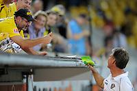 Fussball, 2. Bundesliga, Saison 2011/12, SG Dynamo Dresden - Vfl Bochum, Montag (12.09.11), gluecksgas Stadion, Dresden. Dresdens Trainer Ralf Loose bekommt von einem Fan eine Tute Bonbons geschenkt.
