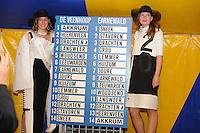 ZEILEN: GROU: 29-07-2016, SKS Skûtsjesilen loting Grou, uitslag van de loting, Sylkeninginne Nynke Sinnema en haar hofdame, ©foto Martin de Jong