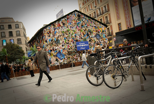 El Hotel Playa de basura, hecho de reciclado de residuos recogidos en las playas europeas, una creación del artista alemán HA Schult (no visible) es la foto el 20 de enero de 2011 en plaza del Callao en Madrid. El hotel estará abierto a público hasta el 23 de enero 2011, coincidiendo con la 21 ª Feria Internacional de Turismo (FITUR) que se inauguró hoy en Madrid. (c) Pedro ARMESTRE The Beach Garbage Hotel, made of recycled waste collected from European beaches, a creation by German artist Ha Schult (unseen) is pictured on January 20, 2011 on Callao square in Madrid. The hotel will be opened for public until January 23, 2011, coinciding with the 21st International Tourism Trade Fair (FITUR) which opened today in Madrid. (c) Pedro ARMESTRE