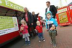 Foto: VidiPhoto<br /> <br /> DOORWERTH/RENKUM - Op de Veluwe is een wat bizarre supermarktoorlog uitgebroken. Omdat in het dorp Doorwerth beide supermarkten gesloten zijn vanwege een verbouwing, proberen de supers Plus en Jumbo in Renkum daarvan te profiteren door klanten te lokken. Jumbo laat een bus pendelen tussen Renkum en Doorwerth. Plus zet een zelfs een treintje in en dat blijkt te werken. Bovendien krijgen de nieuwe klanten van Plus behalve een gratis ritje heen en terug naar Doorwerth, ook een tegoedbon voor koffie en gebak. De trein blijft rijden zolang de verbouwing van de supermarkten duurt en dat is naar verwachting tot eind oktober. Foto: De eerste klanten pendelen maandag met het treintje tussen Doorwerth en Renkum, terwijl eigenaar Ton Pansier (r) van de Super in Renkum toekijkt.