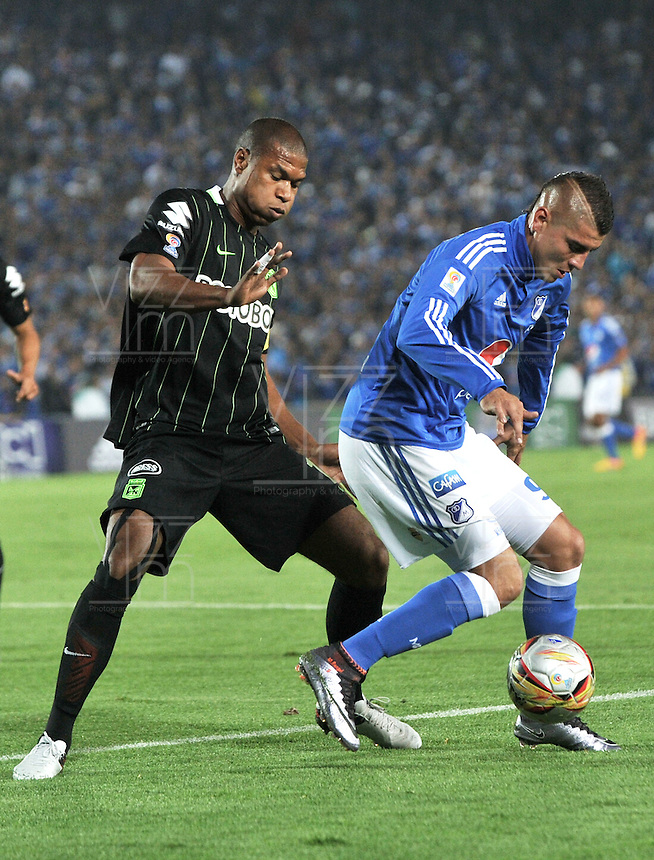 BOGOTA - COLOMBIA -31 - 03 - 2016: Michael Rangel (Der.) jugador de Millonarios disputa el balón con Alexis Henriquez (Izq.) jugador de Atletico Nacional, durante partido aplazado de la fecha 9 entre Millonarios y Atletico Nacional, de la Liga Aguila I-2016, jugado en el estadio Nemesio Camacho El Campin de la ciudad de Bogota.   / Michael Rangel (R) player of Millonarios vies for the ball with Alexis Henriquez (L) player of Atletico Nacional, during a postponed match between Millonarios and Atletico Nacional,  for the date 9 of the Liga Aguila I-2016 at the Nemesio Camacho El Campin Stadium in Bogota city, Photo: VizzorImage / Luis Ramirez / Staff.