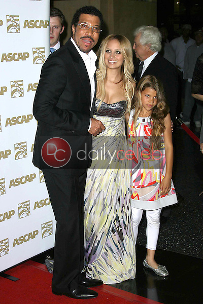 Lionel Richie with his daughters Nicole Richie and Sophia Richie<br />at The 25th Annual ASCAP Pop Music Awards. Kodak Theatre, Hollywood, CA. 04-09-08<br />Dave Edwards/DailyCeleb.com 818-249-4998