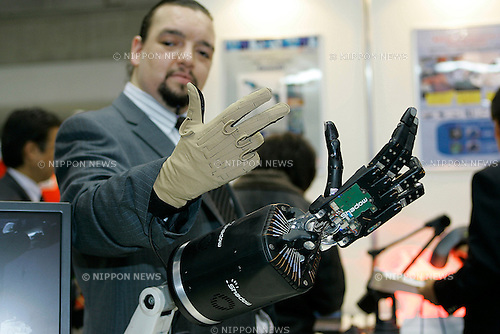 C6M Dexterous Hand MADE BY THE SHADOW ROBOT COMPANY poses for a demonstration at the International Robot Exhibition in Tokyo on November 27, 2009. Some 200 robot companies and institutes exhibit their latest robot technologies at a four-day exhibition (photo Laurent Benchana/Nippon News).