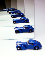 INFINITE IMAGE FROM MIRRORS -MODEL CAR<br /> Example of the Droste Effect<br /> When two plane mirrors are set parallel to each other, the objects that are set between the mirrors appears to be reflected in infinity.