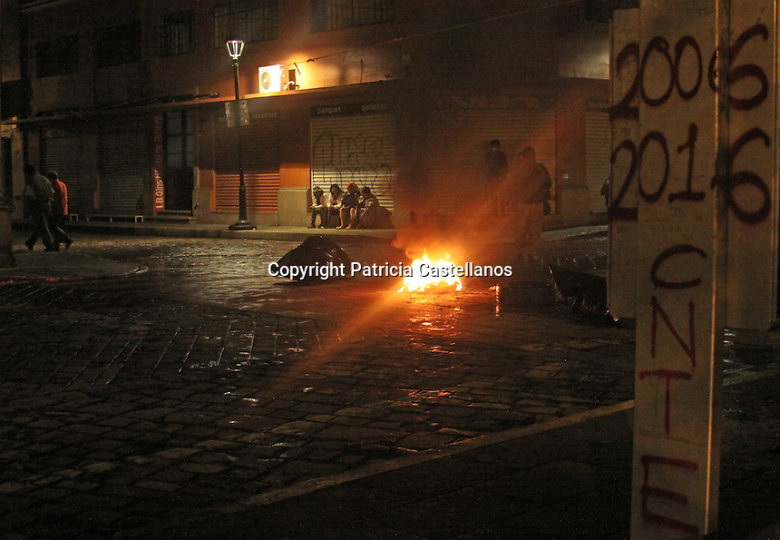 Oaxaca de Ju&aacute;rez, Oax. 14/06/2016.- En el marco de la conmemoraci&oacute;n del desalojo del 2006, integrantes de la secci&oacute;n 22 adherida a la Coordinadora Nacional de Trabajadores de la Educaci&oacute;n (CNTE), miembros de organizaciones sociales, as&iacute; como j&oacute;venes del bloque negro anarcopunk en Oaxaca, efectuaron lo que denominaron como la &quot;Noche de las barricadas&quot;, instalando bloques de llantas, madera, botes de basura prendidos con fuego, as&iacute; como vallas met&aacute;licas, lo anterior en todo el primer cuadro del Centro Hist&oacute;rico de la capital.<br /> Dicha actividad comenz&oacute; a las 9 de la noche del pasado 13 de junio concluyendo este martes a las 6 de la ma&ntilde;ana.<br /> Cabe destacar que durante esta actividad los miembros del bloque anarquista, hicieron destrozos en un centro bancario, as&iacute; mismo prendieron fuego a la puerta de un edificio propiedad de una organizaci&oacute;n adherida al Partido Revolucionario Institucional (PRI), actos que no permitieron fueran registrados por los medios de comunicaci&oacute;n.