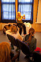 Learning about predators. All 11-years old in the county of Nord-Trøndelag can learn about predators like bear and wolf. In Predator-school, Rovdyrskolen. Kristin Meitz Bru, leder, Rovdyrprosjektet.
