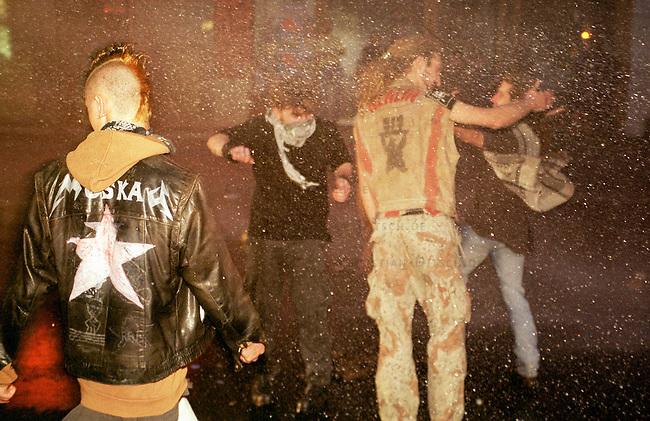 Mehr als 10.000 Menschen kamen zur sogenannten Revolutionaeren 1. Mai-Demonstration nach Berlin-Kreuzberg. Die Polizei loeste ohne ersichtlichen Grund die Demonstration mit willkuerlichen Festnahmen und Wasserwerfereinsatz auf dem Oranienplatz auf.<br /> Hier: Jugendliche im Strahl eines Wasserwerfers.<br /> 1.5.2000, Berlin<br /> Copyright: Christian-Ditsch.de<br /> [Inhaltsveraendernde Manipulation des Fotos nur nach ausdruecklicher Genehmigung des Fotografen. Vereinbarungen ueber Abtretung von Persoenlichkeitsrechten/Model Release der abgebildeten Person/Personen liegen nicht vor. NO MODEL RELEASE! Nur fuer Redaktionelle Zwecke. Don't publish without copyright Christian-Ditsch.de, Veroeffentlichung nur mit Fotografennennung, sowie gegen Honorar, MwSt. und Beleg. Konto: I N G - D i B a, IBAN DE58500105175400192269, BIC INGDDEFFXXX, Kontakt: post@christian-ditsch.de<br /> Bei der Bearbeitung der Dateiinformationen darf die Urheberkennzeichnung in den EXIF- und  IPTC-Daten nicht entfernt werden, diese sind in digitalen Medien nach &sect;95c UrhG rechtlich gesch&uuml;tzt. Der Urhebervermerk wird gemaess &sect;13 UrhG verlangt.]
