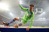 FUSSBALL   EUROPA LEAGUE   SAISON 2011/2012  ACHTELFINALE FC Schalke 04 - Twente Enschede                         15.03.2012 Huerde genommen: Klaas Jan Huntelaar (FC Schalke 04) springt ueber die Bande