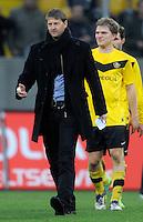 Fussball, 2. Bundesliga, Saison 2011/12, SG Dynamo Dresden - FC Energie Cottbus, Sonntag (11.12.11), gluecksgas Stadion, Dresden. Dresdens Sportdirektor Steffen Menze, dahinter Florian Jungwirth.