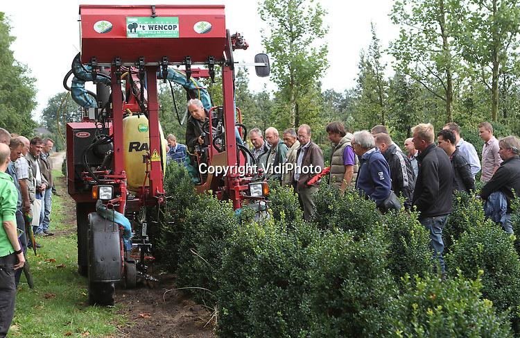 Foto: VidiPhoto..BARNEVELD - De jaarlijkse Kennisdag bij Wencop Kwekerijen in Barneveld dinsdag, met als thema duurzame boomkwekerij. Behalve een bedrijvenmarkt waren er tal van demonstraties, met onder andere duurzame onkruidbestrijding..