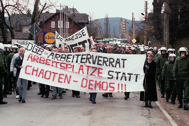 Neonazi-Demonstration im thueringischen Saalfeld.<br /> 300 Mitglieder der NPD, des Thueringer Heimatschutzes und deren Sympathiesanten demonstrierten am Samstag den 14. Maerz 1998 in Saalfeld gegen eine antifaschistische Demonstration in Saalfeld.<br /> Organisiert wurde die Demonstration von der NPD-Thueringen und Mitgliedern des Thrueringer Heimatschutz (THS).<br /> 14.3.1998, Saalfeld/Thueringen<br /> Copyright: Christian-Ditsch.de<br /> [Inhaltsveraendernde Manipulation des Fotos nur nach ausdruecklicher Genehmigung des Fotografen. Vereinbarungen ueber Abtretung von Persoenlichkeitsrechten/Model Release der abgebildeten Person/Personen liegen nicht vor. NO MODEL RELEASE! Nur fuer Redaktionelle Zwecke. Don't publish without copyright Christian-Ditsch.de, Veroeffentlichung nur mit Fotografennennung, sowie gegen Honorar, MwSt. und Beleg. Konto: I N G - D i B a, IBAN DE58500105175400192269, BIC INGDDEFFXXX, Kontakt: post@christian-ditsch.de<br /> Bei der Bearbeitung der Dateiinformationen darf die Urheberkennzeichnung in den EXIF- und  IPTC-Daten nicht entfernt werden, diese sind in digitalen Medien nach &sect;95c UrhG rechtlich geschuetzt. Der Urhebervermerk wird gemaess &sect;13 UrhG verlangt.]