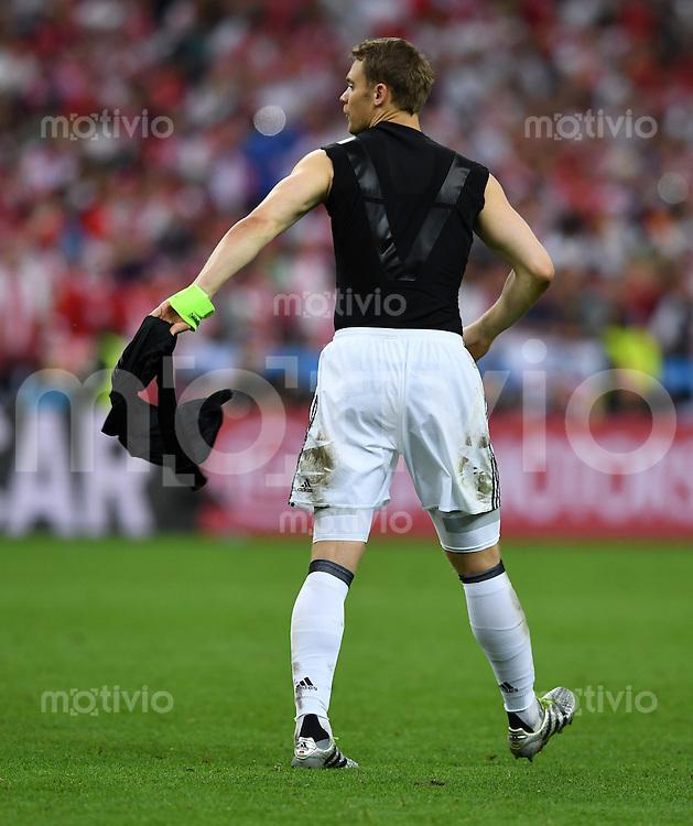 FUSSBALL EURO 2016 GRUPPE C IN PARIS Deutschland - Polen    16.06.2016 Torwart Manuel Neuer (Deutschland) schmeisst nach dem Abpfiff sein Trikot weg
